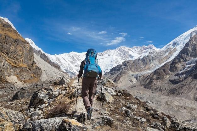 Wandelaar in de berg van de himalaya. nepal