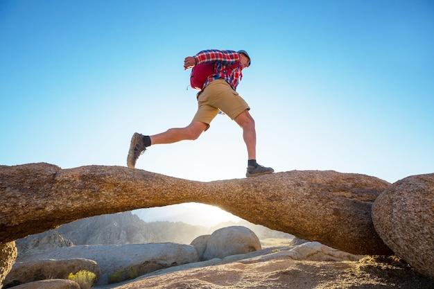 Wandelaar in ongebruikelijke steenformaties in de heuvels van alabama, californië, vs.