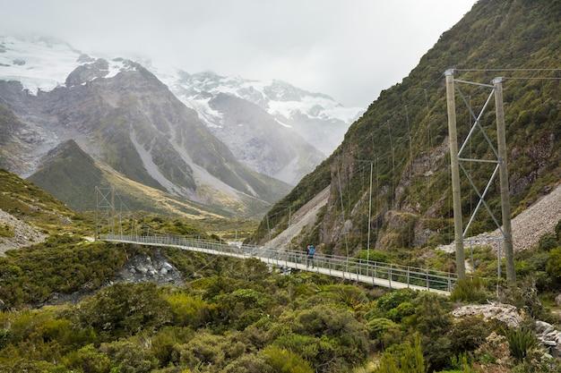 Wandelaar in prachtige bergen in de buurt van mount cook, nieuw-zeeland, zuidereiland