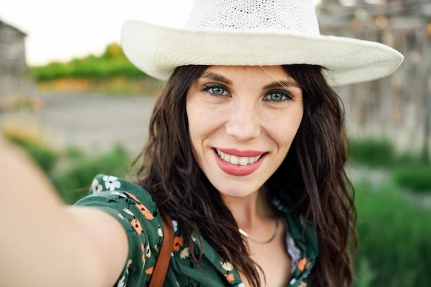 Wandelaar jonge vrouw die een selfiefoto in openlucht neemt