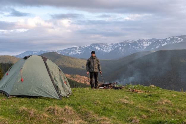 Wandelaar met apparatuur brengt tijd door met wandelen in de bergen