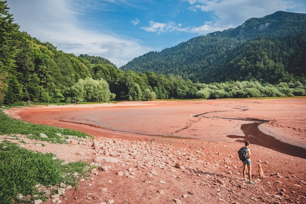 Wandelaar met een hond op droog meerbed