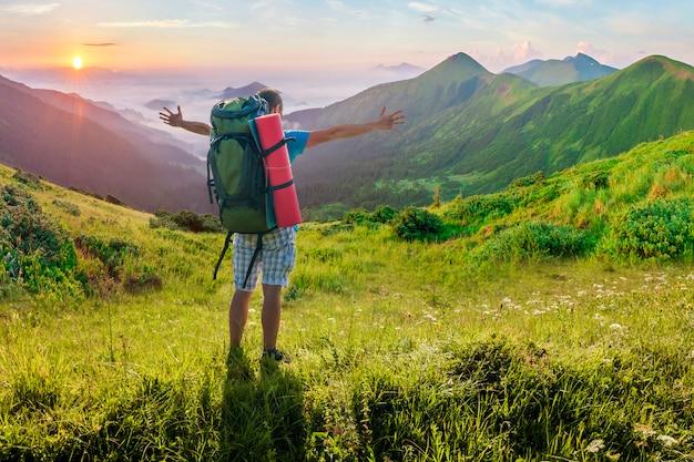 Wandelaar met een rugzak die zich in bergen bevindt. geweldig fantastisch uitzicht op de natuur.