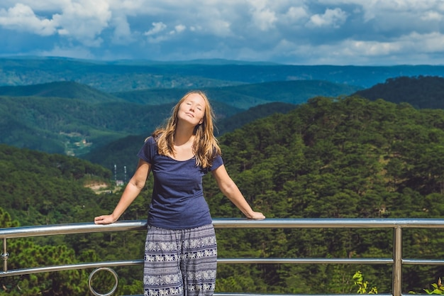 Wandelaar met rugzak die bovenop de berg ontspant