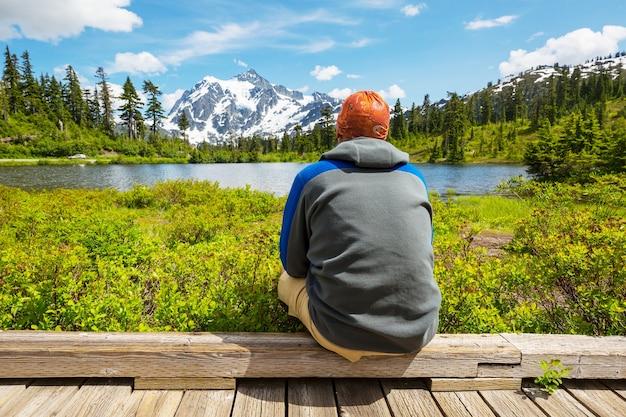 Wandelaar ontspannen bij serene bergmeer