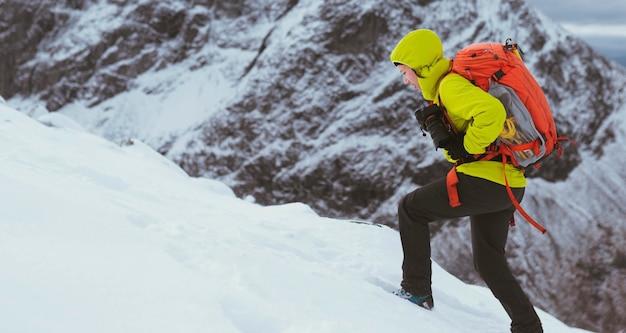 Wandelaar op een besneeuwde ben nevis in de winter