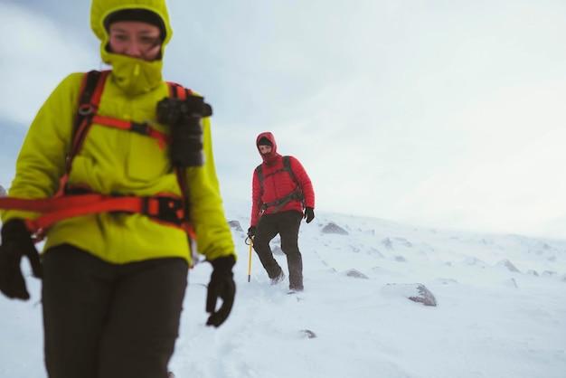 Wandelaar wandelen op een besneeuwde berg