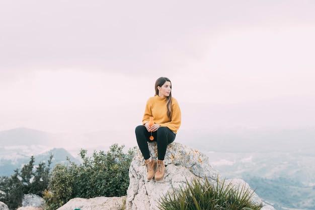 Wandelaar zittend op de rots