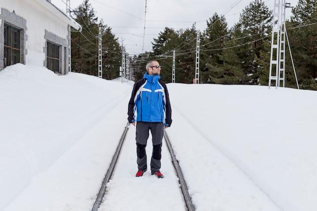 Wandelaarmens in de sneeuw bij de berg