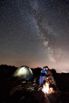 Wandelaars die bij nachtkamp rusten