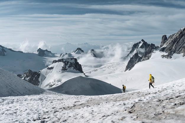 Wandelaars die de alpen van chamonix in frankrijk afdalen