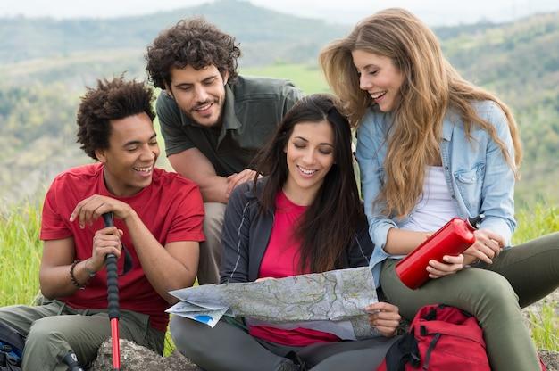 Wandelaars die de kaart op platteland kijken