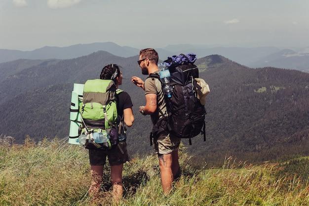 Wandelaars die op de top van de klif staan en genieten van het uitzicht op de natuur