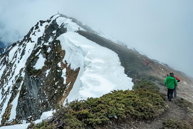 Wandelaars gaan naar de top van de berg