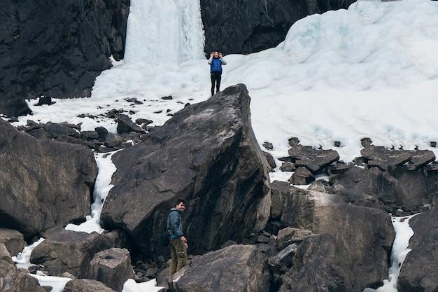 Wandelaars genieten van uitzicht op de vallei vanaf de top van een berg.