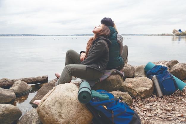 Wandelaars hebben rust in kamp dichtbij het bosmeer
