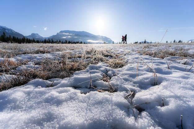 Wandelaars in de canadese rockies in de late winter, rond quarry lake, canmore, alberta, canada