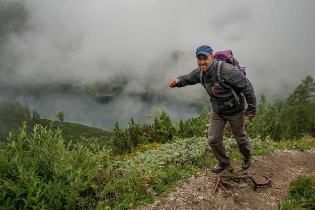 Wandelaars in de oostenrijkse alpen lopen op bergwandelpaden in het bos rond de meren