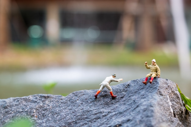 Wandelaars klimmen op de rots. sport en vrije tijd concept
