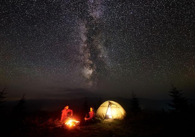 Wandelaars op de camping 's nachts