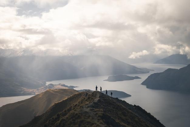 Wandelaars op de top van de berg