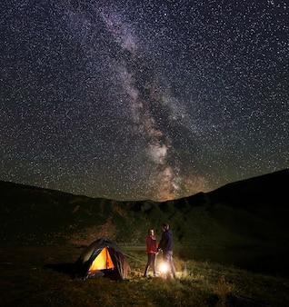 Wandelaars op het platteland 's nachts