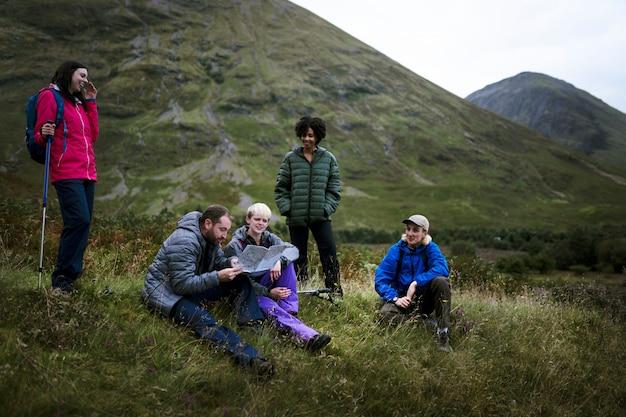 Wandelaars verloren in de heuvels van glen etive, schotland