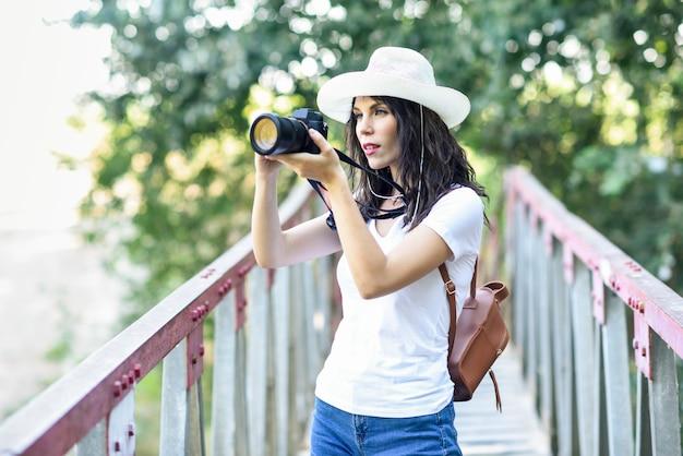 Wandelaarvrouw die foto's met een mirrorless camera nemen