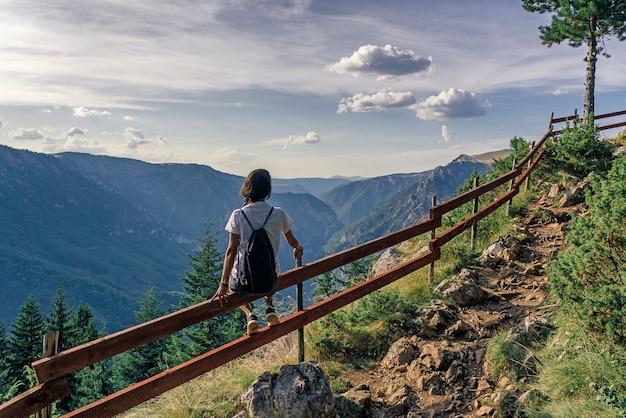 Wandelaarvrouw die van adembenemende meningen in het nationale park van durmitor, montenegro genieten