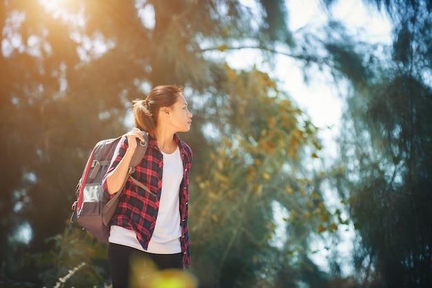 Wandelen gezonde landschappelijke activiteit glimlachen