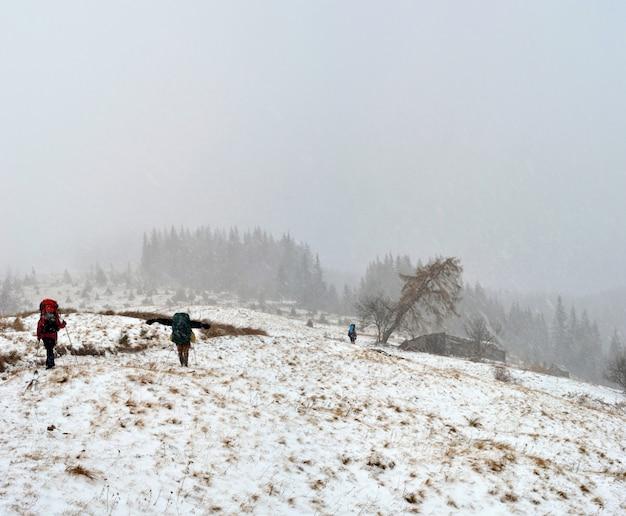 Wandelen in de sneeuwstorm in de karpaten, oekraïne.