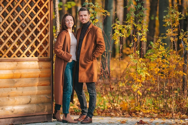 Wandelen in herfst park op zonnige herfstdag en gelukkige familie