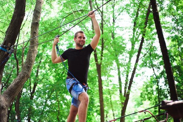 Wandelen in het touw park mooie sport man