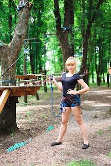 Wandelen in het touw park mooie sport meisje