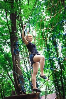 Wandelen in het touwpark mooie sport meisje
