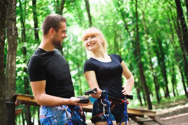 Wandelen in het touwpark twee jonge mensen.