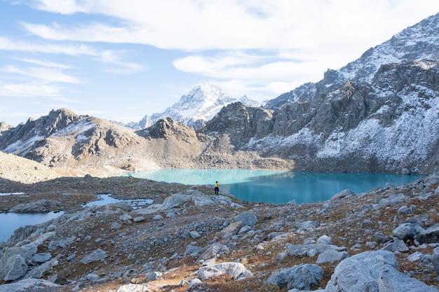 Wandelen op de berg op herfstdag. man die foto's maakt van een geweldig landschap op de telefoon.
