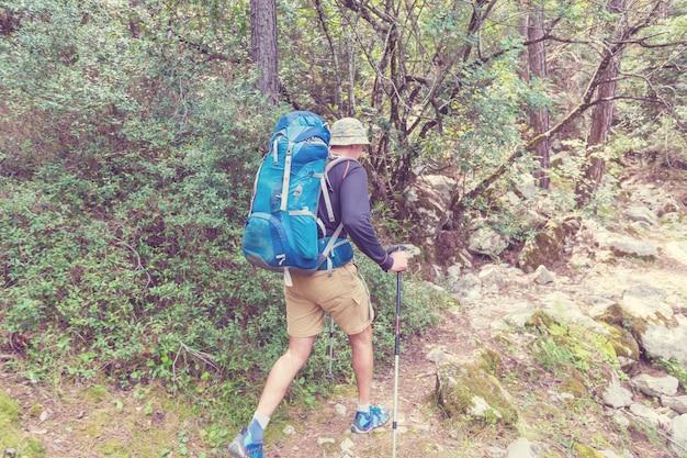 Wandelen op de beroemde lycische weg in turkije. backpacker in het parcours.
