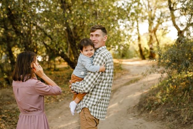 Wandelen op de weg in het park en gelukkige familie
