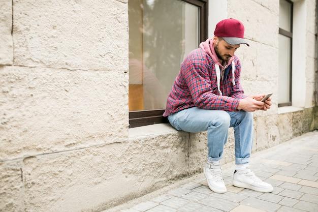 Wandelen telefoon lopen man mobiel