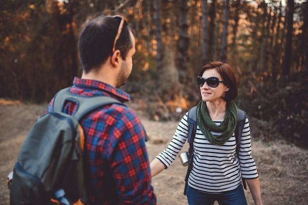 Wandelend paar dat gesprek in het bos heeft