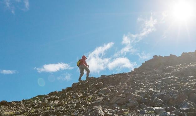 Wandelende man in canadese bergen. wandelen is de populaire recreatie-activiteit in noord-amerika. er zijn veel pittoreske paden.
