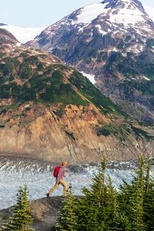 Wandelende man in canadese bergen. wandelen is de populaire recreatie-activiteit in noord-amerika.