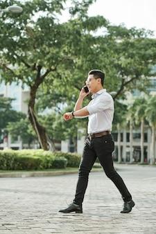 Wandelende man praten over de telefoon