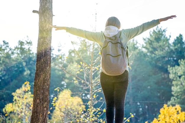 Wandelende vrouw met rugzak die zich op bergen bevindt