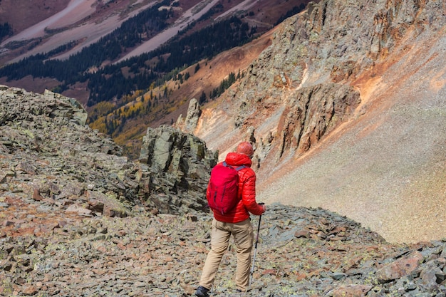 Wandeling in de herfstbergen. herfst seizoen thema.