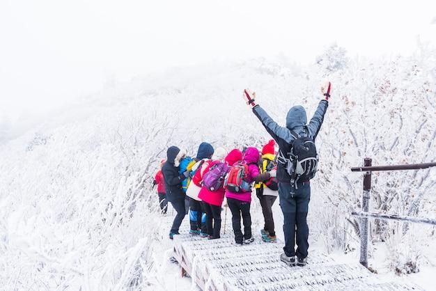 Wandeling in de winter met trekkingsfoto de sneeuw van het de bergenlandschap van de winter in korea