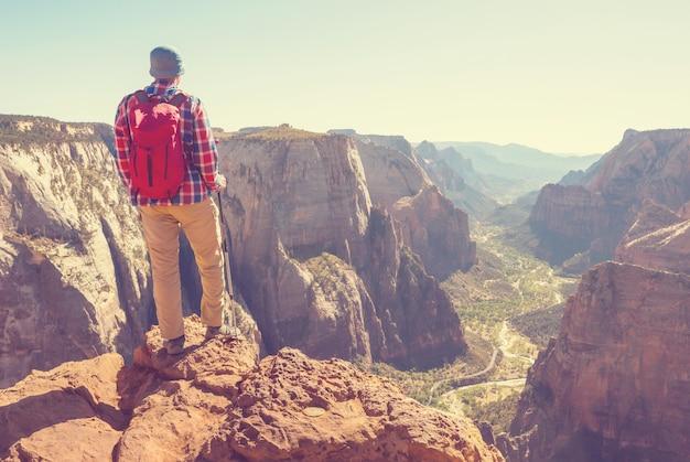 Wandeling in het zion national park. man lopen op het parcours in zion national park, utah. terug gedraaid geen gezicht zichtbaar.