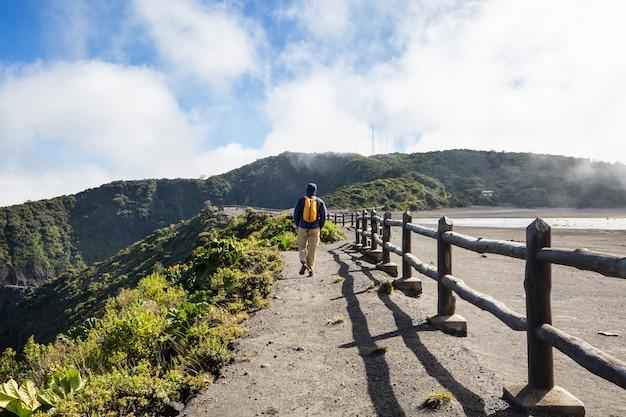 Wandeling naar irazu-vulkaan in midden-amerika. costa rica