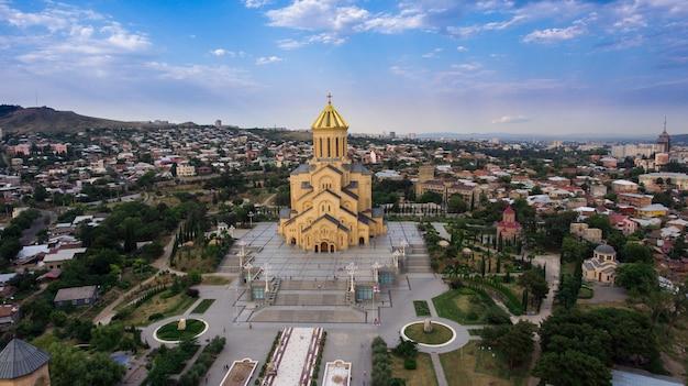 Wandelingen en reizen van het oude tbilisi. historische monumenten en monumenten van georgië. architectuur van de oude kerk in georgië. een reis naar georgië. orthodoxe kathedraal sameba in tbilisi bovenaanzicht